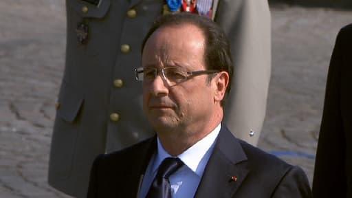 Le président français François Hollande, dimanche matin, lors du défilé du 14 juillet.