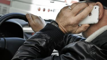Téléphoner au volant, téléphone en mains, est sanctionné d'une amende de 135 euros et d'un retrait de 3 points.
