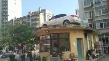 Etrange mésaventure pour une automobiliste chinoise. Sa voiture a été placée sur un toit après qu'elle a refusé de payer son stationnement.