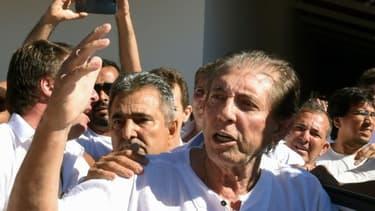 Le médium brésilien Joao de Deus (c) arrive à son temple d'Abadiania, dans l'Etat de Goias près de Brasilia, le 12 décembre 2018