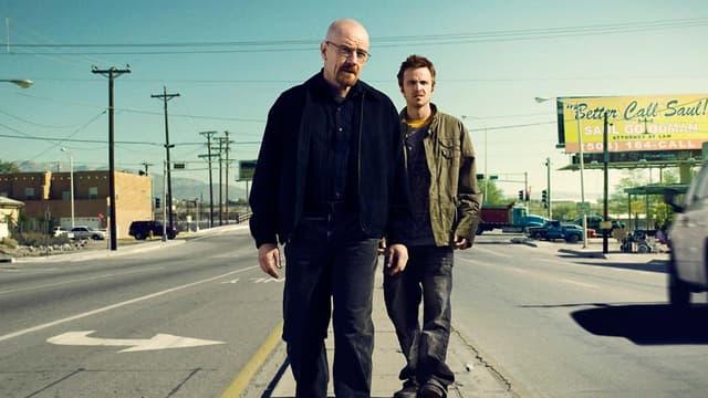 """Jesse Pinkman et Walter White (Aaron Paul et Bryan Cranston), face au désert du Nouveau-Mexique, dans """"Breaking Bad""""."""