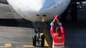 """Avion près à décoller, sur le tarmac de l'aéroport de Nice. Air France a annoncé lundi que la décision des autorités françaises et européennes d'ouvrir des corridors dans l'espace aérien européen lui permettait de """"reprendre progressivement son programme"""
