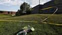 Devant le cinéma de la banlieue de Denver, où un homme masqué a tué par balles douze personnes et en a blessé 58 autres, dont des enfants, vendredi en pleine projection du dernier volet de la série Batman. /Photo prise le 20 juillet 2012/REUTERS/Shannon S