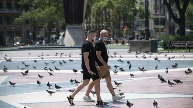 Passants sur la Place de Catalogne, dans le centre de Barcelone, le 18 juillet 2020