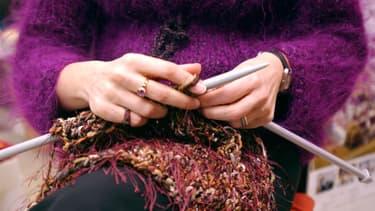 Une femme en train de tricoter.