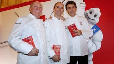 De gauche à droite: René et Maxime Meilleur pour La Bouitte, et Yannick Alléno, qui a repris le Pavillon Ledoyen, sont les nouveaux trois étoiles de cette édition 2015.