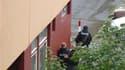 Policiers slovaques à couvert dans les rues de Bratislava, lors d'une fusillade. Un homme armé a tué sept personnes, dont six membres d'une même famille de Roms, lundi à Bratislava et s'est donné la mort après avoir tiré dans tous les sens alors qu'il éta