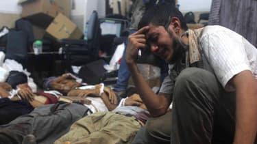 Un homme pleure un proche dans l'une des multiples morgues improvisées dans la ville du Caire.