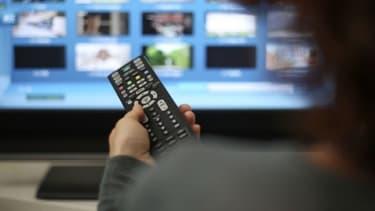 Une personne regardant la télévision (photo d'illustration).