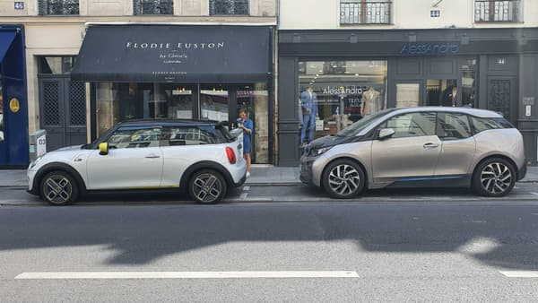 La Mini Cooper SE en charge, avec sa cousine la BMW i3.
