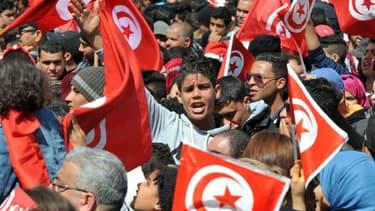 """Le Premier ministre tunisien Habib Essid a affirmé vendredi à Paris que la situation était """"maîtrisée"""" en Tunisie, où un couvre-feu a été décrété après plusieurs jours de contestation sociale - 22 janvier 2016"""