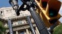 """Devant le siège de la banque Catalunya Caixa, à Barcelone. L'Espagne fera """"rapidement"""" une demande officielle à ses partenaires de la zone euro pour une aide pouvant atteindre jusqu'à 100 milliards d'euros, ont indiqué samedi les 17 ministres des Finances"""
