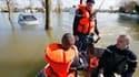 Secours à la recherche de disparus mardi dans les rues inondées d'Aytré, en Charente-Maritime. Le littoral vendéen continue à nettoyer ses rues et à évaluer les dégâts trois jours après le passage sur l'ouest de la France de la tempête Xynthia, qui a fait