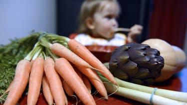 Un enfant mange des légumes à Lyon, le 24 janvier 2013.