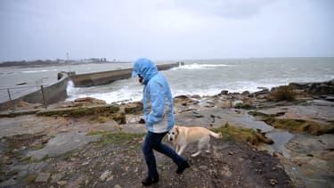 Une personne en train d'essayer de se protéger de la pluie à Ploemeur en Bretagne. (Photo d'illustration)