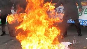 """Drapeau nord-coréen brûlé à Séoul. Le chef des """"marines"""" sud-coréens a juré samedi de venger """"mille fois"""" la mort de deux de ses hommes et de deux civils dans l'attaque d'artillerie nord-coréenne de mardi contre l'île de Yeonpyeong. /Photo prise le 27 nov"""