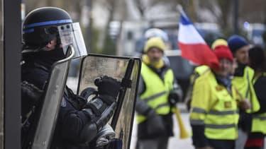 Un CRS face à des gilets jaunes - Sébastien Bozon - AFP
