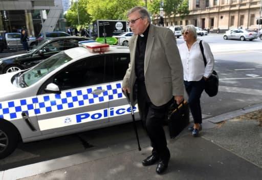 Le cardinal George Pell (au centre) dans une rue de Melbourne, le 14 fevrier 2019