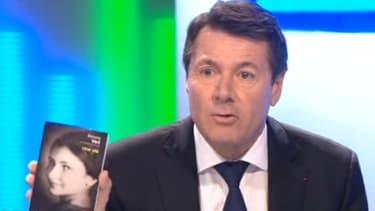 """Christian Estrosit brandit """"Une vie"""", l'autobiographie de Simone Veil, pour l'offrir à Marion Maréchal-Le Pen, lors d'un débat télévisé mercredi 2 décembre."""