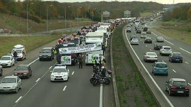 Samedi, les routiers se sont mobilisés contre l'écotaxe. Ils envisagent de placer des barrages filtrants lundi 2 décembre.