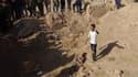 Des forces irakiennes fouillent un site suspecté d'être une fosse commune, le 11 novembre 2017 près de Hawija, en Irak.
