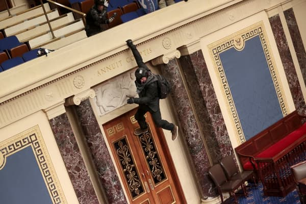 Un manifestant suspendu au balcon de la Chambre des représentants ce mercredi.