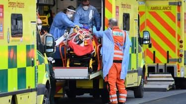 Prise en charge d'un malade du Covid-19 à Londres, le 2 janvier 2020