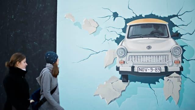 La Trabant peinte sur le Mur de Berlin (Allemagne). Cette voiture incarne l'automobile est-allemande.