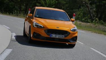 La Focus ST, version la plus puissante actuellement commercialisée par Ford, peut atteindre au maximum 250 km/h.