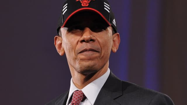 Barack Obama porte la casquette des Chicago Bulls