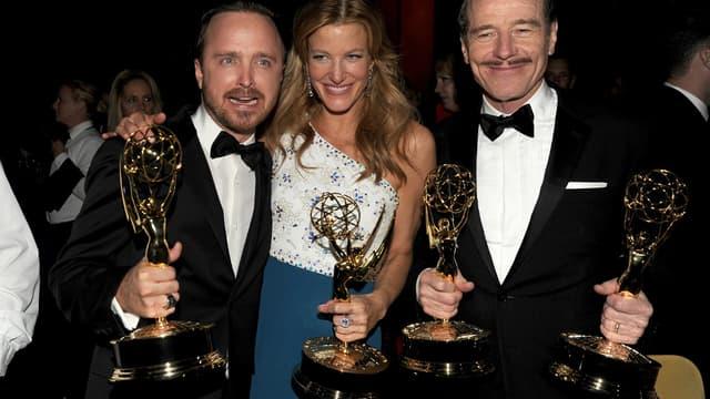 Aaron Paul, Ana Gunn et Bryan Cranston (de gauche à droite) avec leur Emmys, lundi à Los Angeles.