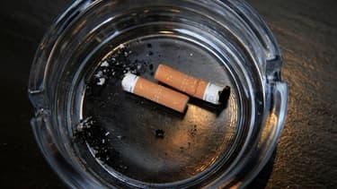 Selon les spécialistes, plus on commence à fumer jeune, plus on a de risques de devenir accro.