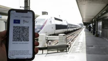 La présentation d'un pass sanitaire est obligatoire pour accéder à certains services, comme ici avant d'embarquer dans un train à Paris, le 9 août 2021