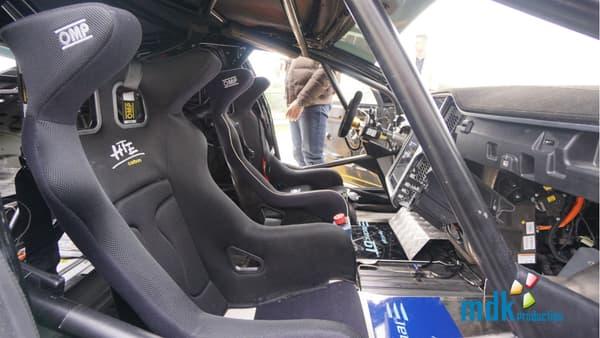 Quelques modifications bien visibles à l'intérieur avec les sièges baquets et le volant sport. L'écran tactile de 17 pouces reste lui bien en place.