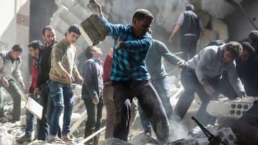 Des volontaires cherchent des survivants dans les décombres après les raids aériens.