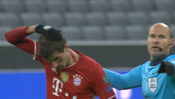 L'arbitre demande à Thomas Müller de sortir pour soigner sa blessure