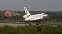 La navette spatiale Discovery a atterri mardi au centre spatial Kennedy, en Floride, au terme d'une mission de ravitaillement de quinze jours auprès de la Station spatiale internationale (ISS). /Photo prise le 20 avril 2010/REUTERS/Scott Audette