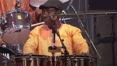 Le chanteur Balla Sidibé, lors d'un concert de la mythique formation Orchestra Baobab, au festival Jazz in Marciac en 2017.