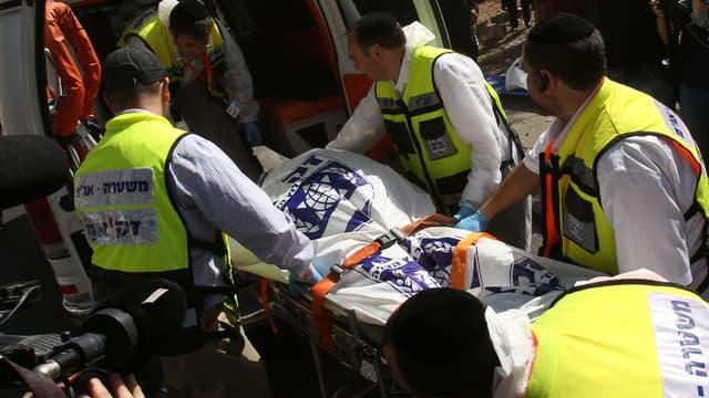 Le corps d'une victime israélienne dans l'attaque du bus par Bahaa Aliane