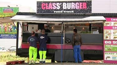 """Le food truck """"Class Burger"""", installé face à un restaurant McDonald's à Toulouse."""
