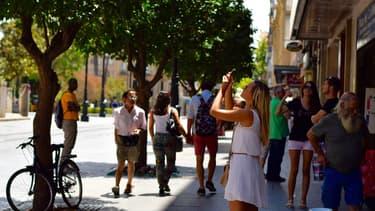 En téléchargeant l'application Tellmycity, un habitant d'Issy-les-Moulineaux pourra suggérer, depuis son smartphone, l'élagage d'un arbre gênant la visibilité à un carrefour.