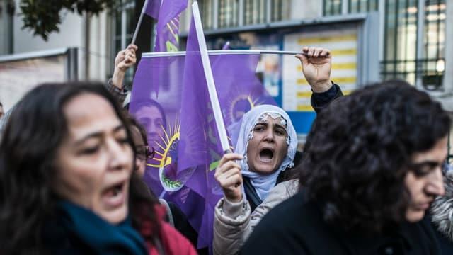 Une manifestation en mémoire des militantes kurdes assassinées à Paris en 2013 devant le Consulat français d'Istanbul en janvier 2016.
