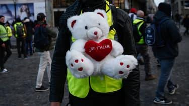 """""""Petit à petit on s'est donné la main et maintenant on est ensemble"""", raconte Claudie (image d'illustration, manifestation gilets jaunes du 8 décembre à Paris)"""