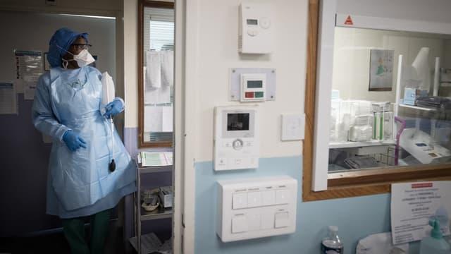 Une infirmière de l'hôpital Lariboisière le 27 avril dernier.