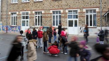 Des enfants jouent dans la cour de l'école Jean-Rostand, à Bondy, en Seine-Saint-Denis.