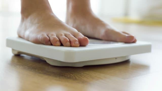En France, près de la moitié des adultes et 17 % des enfants sont en surpoids, avec respectivement 17 % et 4 % de taux d'obésité parmi ces publics.