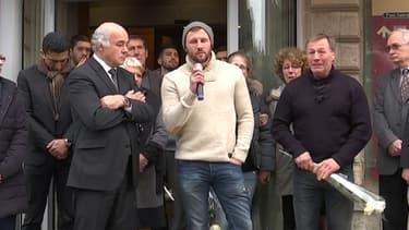 Adriani Vastine (pull blanc) le frère d'Alexis et son père Alain (à droite) lors de l'hommage rendu à Pont-Audemer dans l'Eure mardi soir