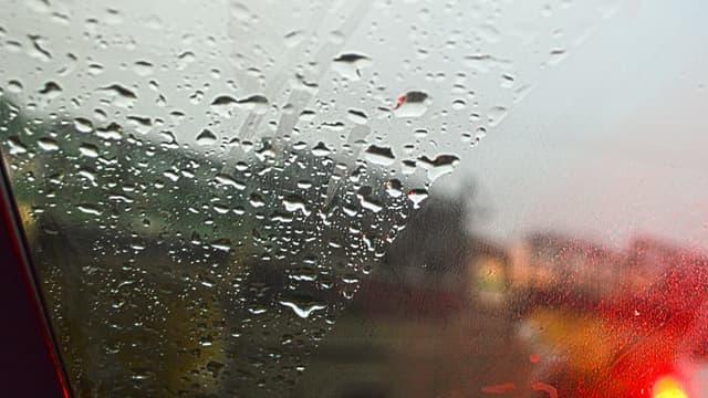 Des gouttes de pluie sur un pare-brise (Photo d'illustration).