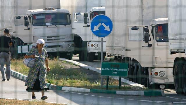 Des camions du convoi russe stationnés à la frontière ukrainienne, le 22 août 2014.