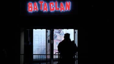 Un policier devant le Bataclan.